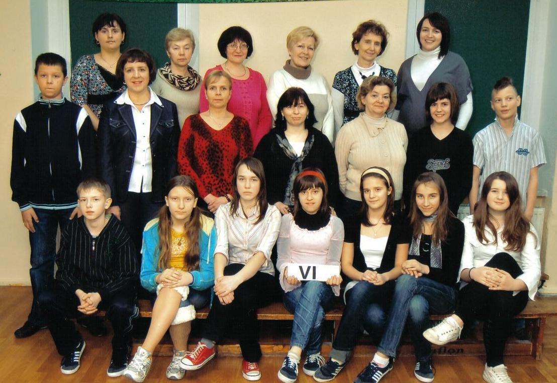 Absolwenci z roku 2010 wraz z dyrektorem szkoły Dorotą Smoleń, nauczycielami i pracownikami administracji